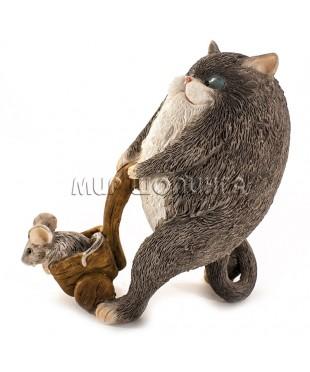 Статуэтка - Кот катает мышь 10 см.