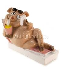 Свинья на шезлонге №1 - 7*4,5*10 см.