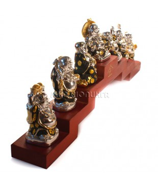 Семь статуэток Будды (Хотея) на подставке.