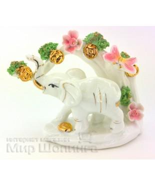Слон под веткой с цветами.